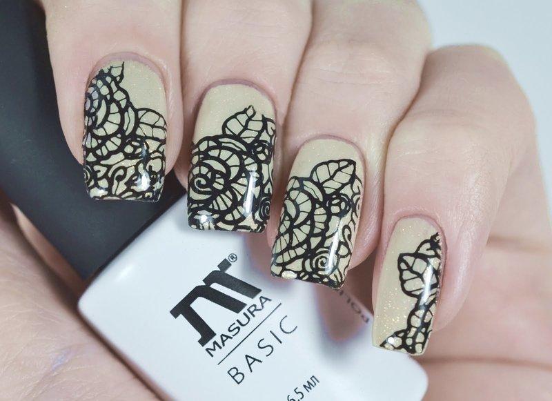 Чёрные кружевные цветы на нюдовых ногтях