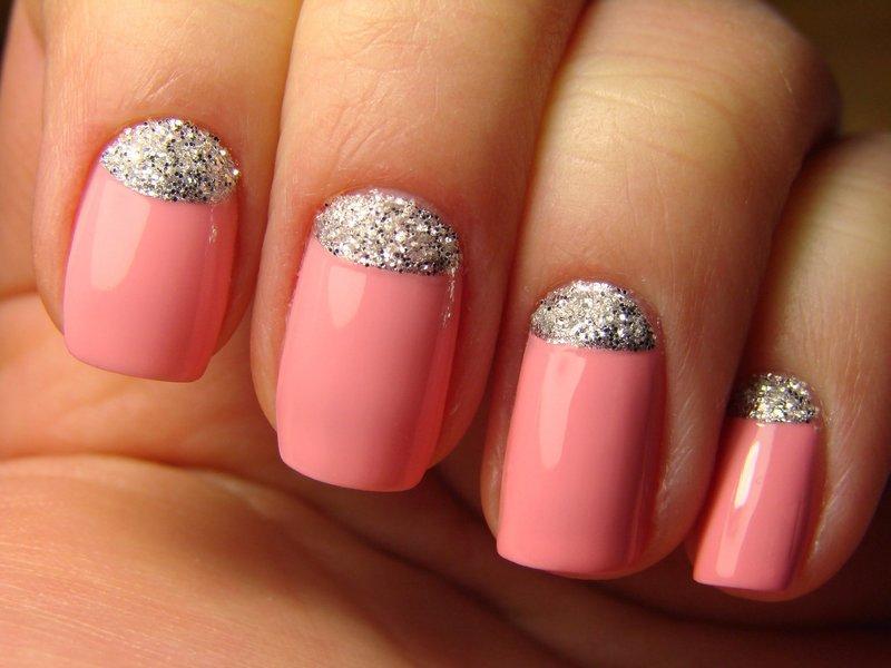 Яркий розовый маникюр с лункой из серебряного глиттера