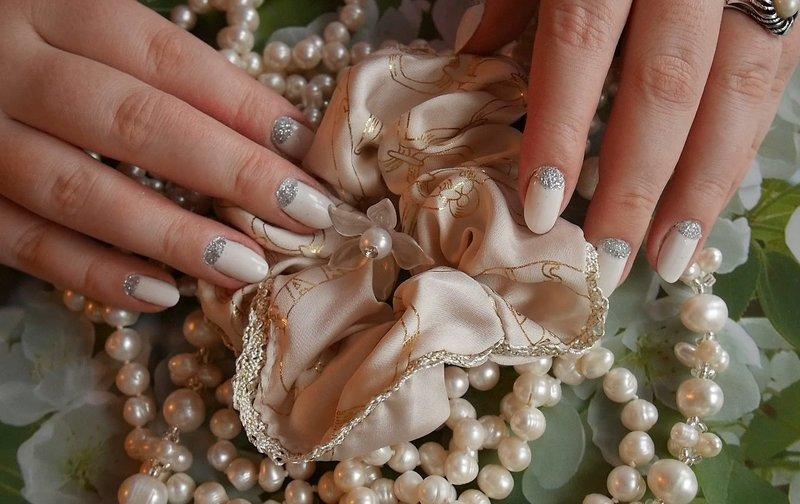 Нюдовый дизайн ногтей с серебристыми лунками