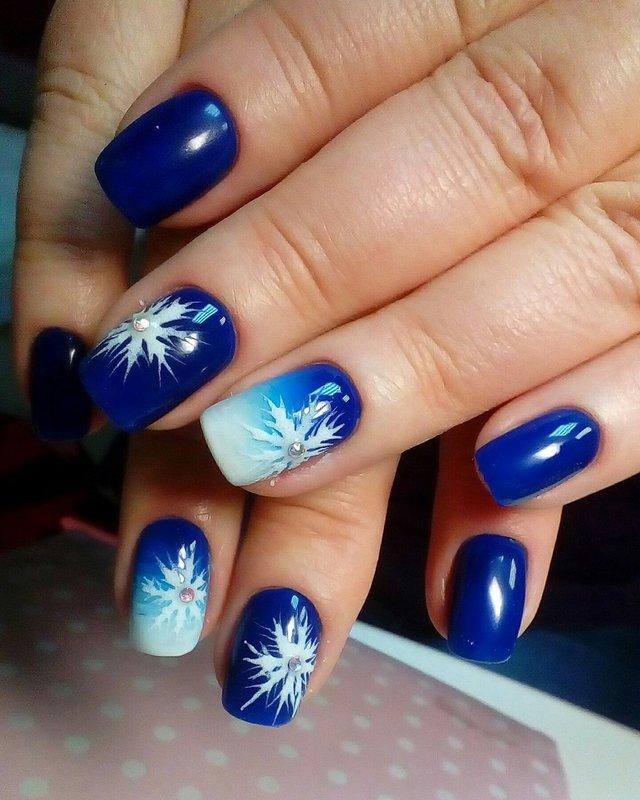 Градиент и снежинки на ногтях