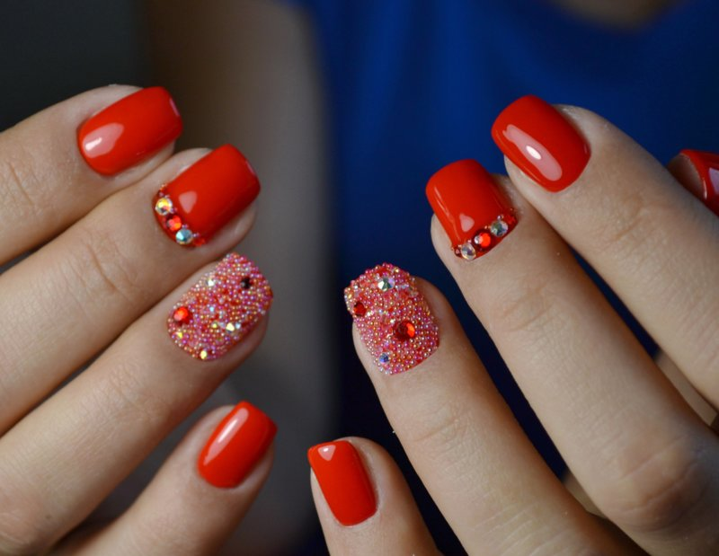 Маникюр с кристаллами пикси на короткие ногти