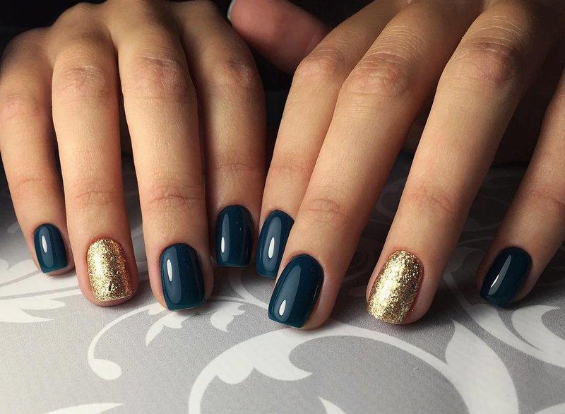 Сине-зеленый цвет ногтей с золотым глиттером