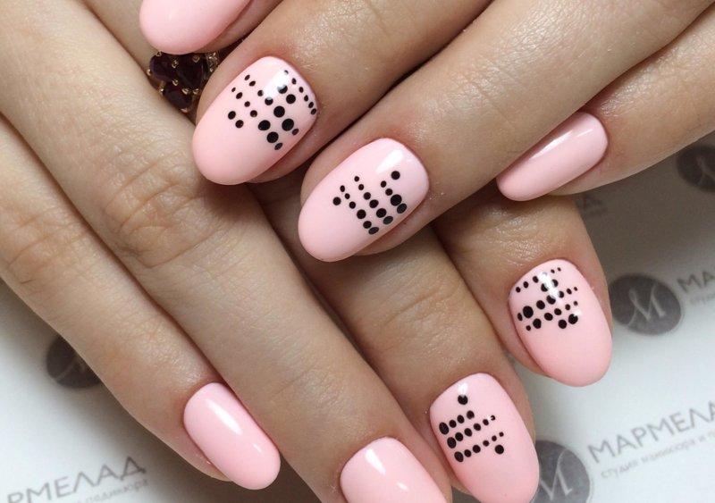 Розовый точеченый маникюр на короткие ногти