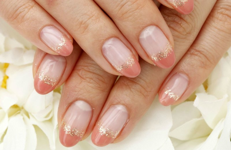 Нюдовые ногти с оранжевым френчем и золотыми блёстками