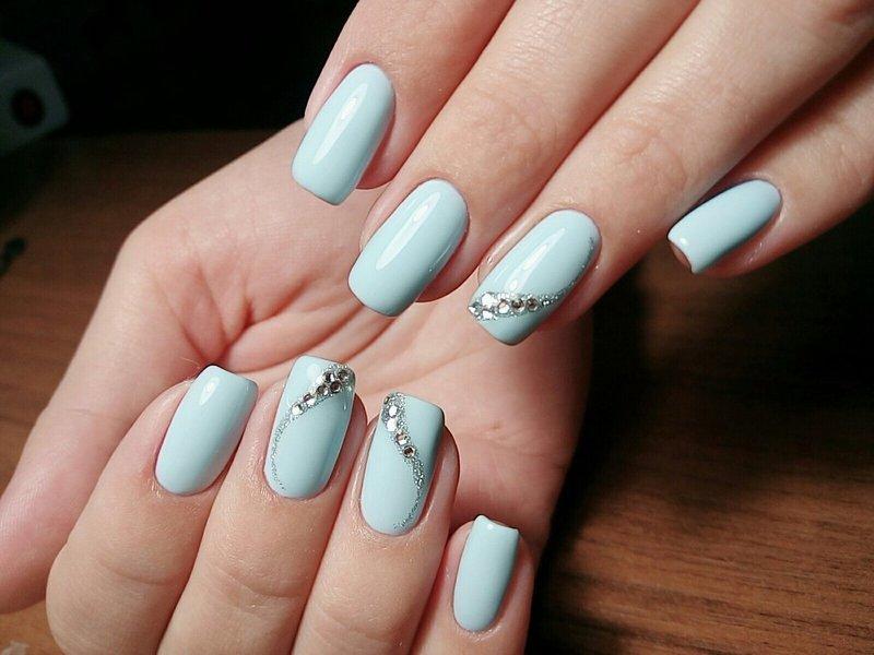 Небесно-голубые ногти с волной из страз