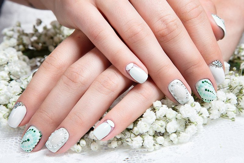 Белые с бирюзовым ногти со стразами и серебром