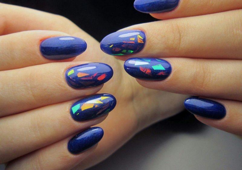 Перламутровые синие ногти с элементами битого стекла