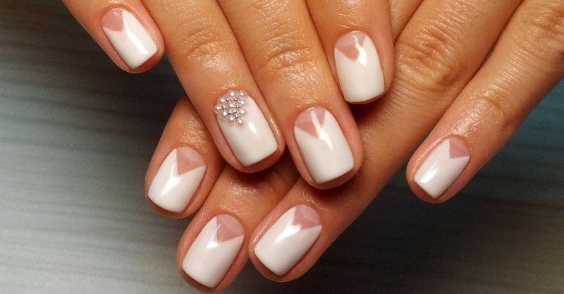 Свадебная геометрия с буольонками и жемчугом на ногтях
