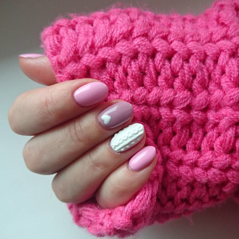 Розовый вязаный маникюр на зиму
