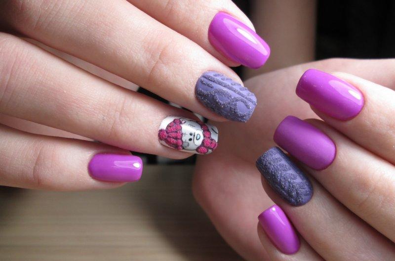 Розовый вязаный маникюр