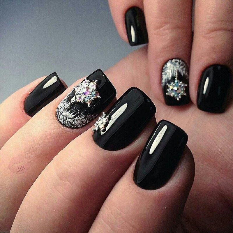 Черные новогодние узоры на ногтях