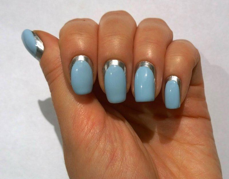Нежно-голубой маникюр с серебристой окантовкой