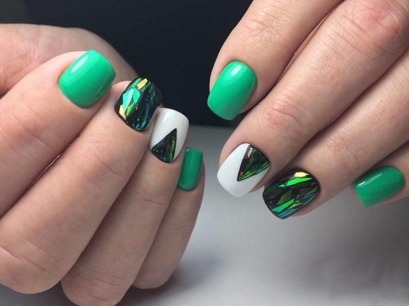 Зелёный маникюр с битым стеклом и треугольной лункой