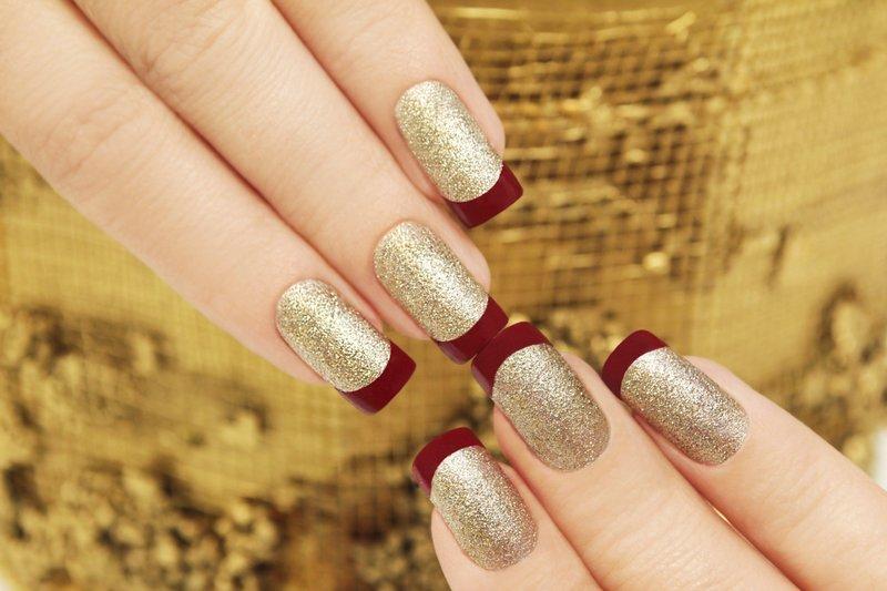 Золотистые ногти с красным матовым френчем