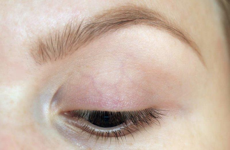 Подготовка века к нанесению макияжа