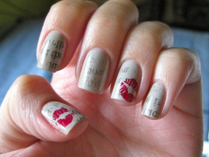 Серые ногти с надписями и штампом