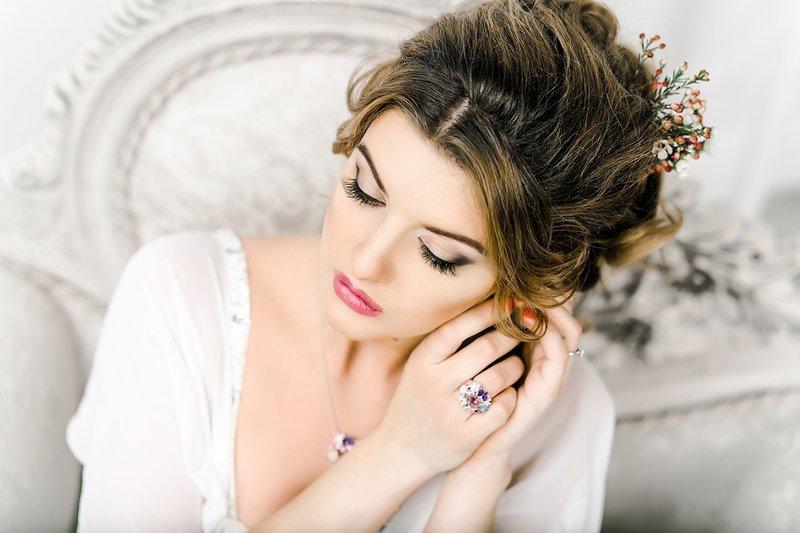Макияж для невесты с тёмными волосами и яркими губами