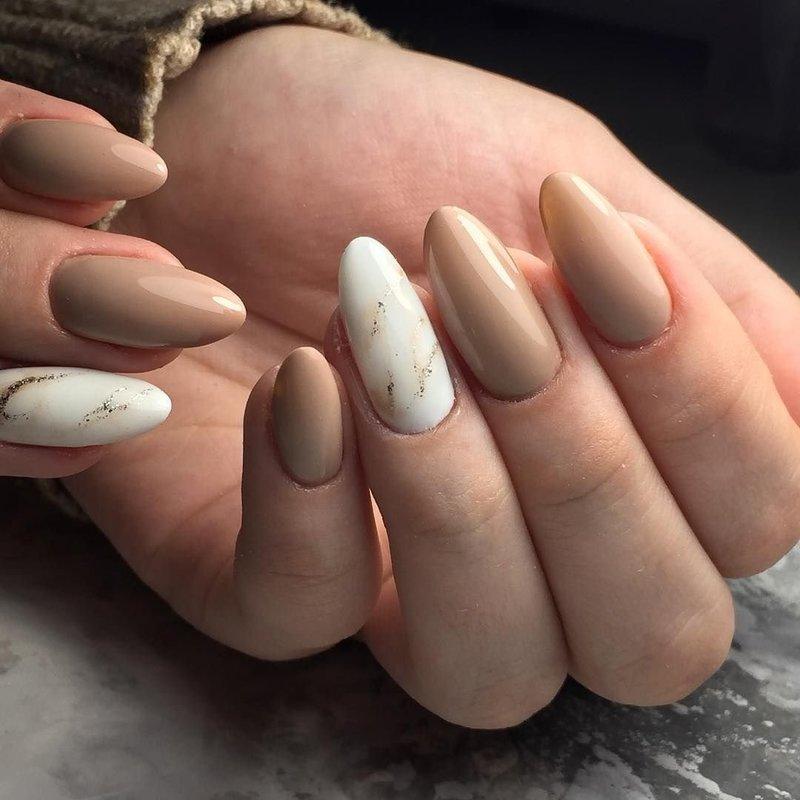 """Ногти цвета """"кофе с молоком"""" с мраморным дизайном"""