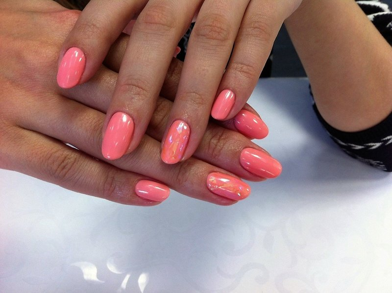 Кораловые ногти с битым стеклом