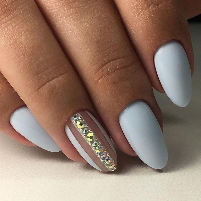 Нежные ногти со стразами