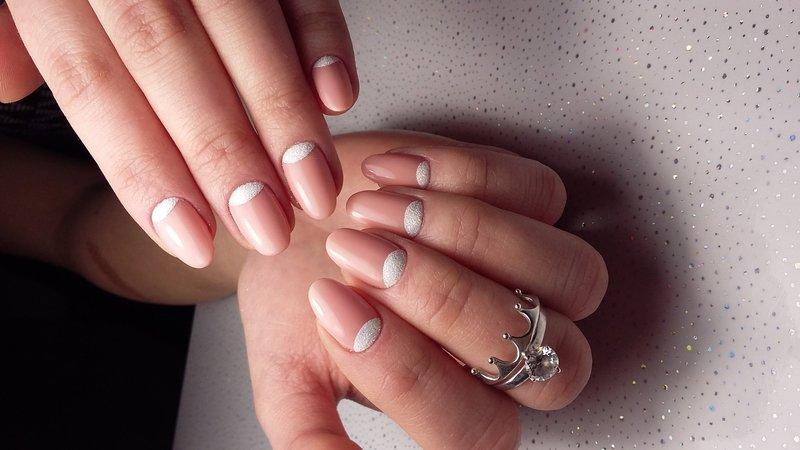 Нежные ногти с лунками из пудры