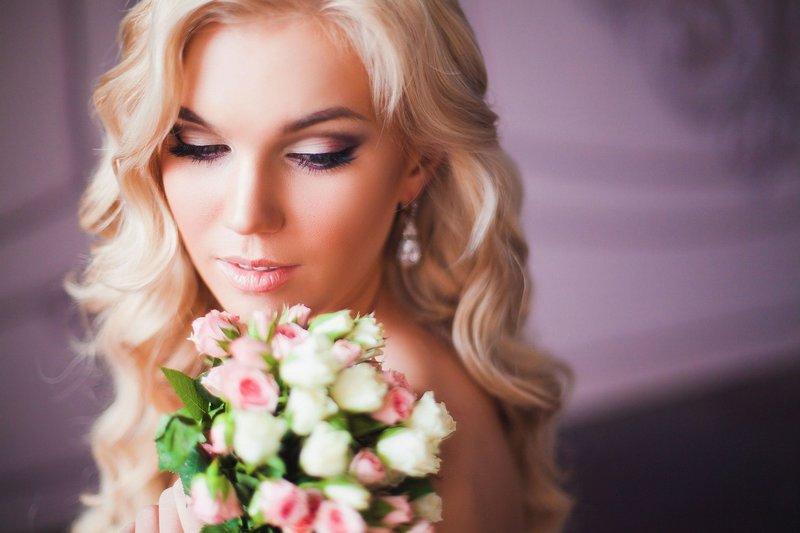 Нежно-розовый макияж на свадьбу для блондинок