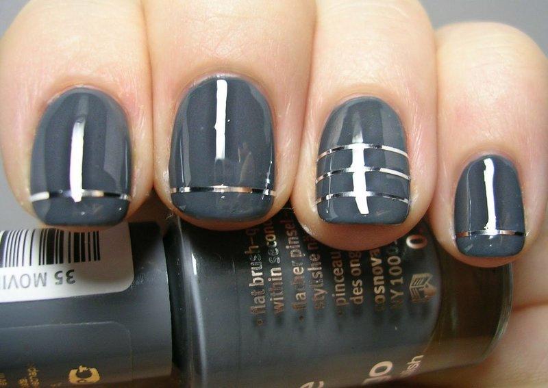Серый маникюр с серебристыми лентами