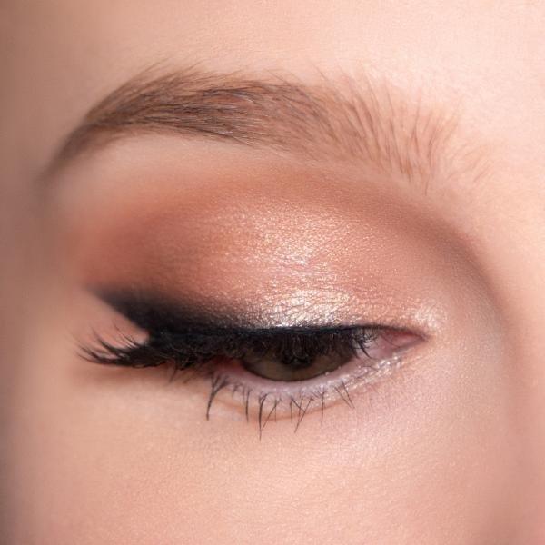 Повседневный макияж со стрелкой для зелёных глаз