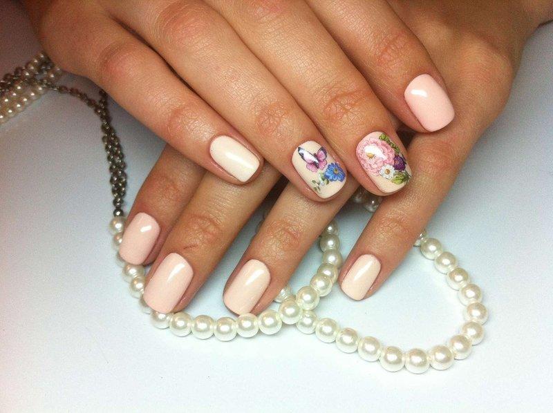 Нюдовые ногти с цветочным слайдом
