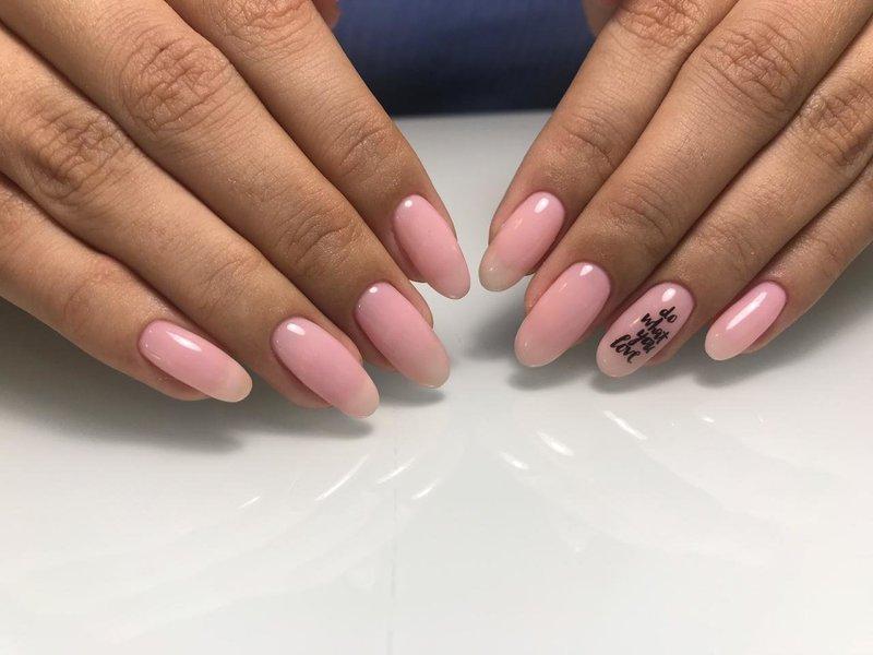 Нежный розовый маникюр с надписью