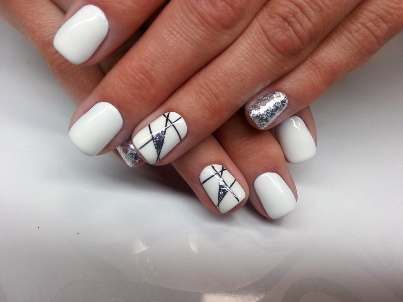 Белый маникюр с геометрией и серебряным глиттером