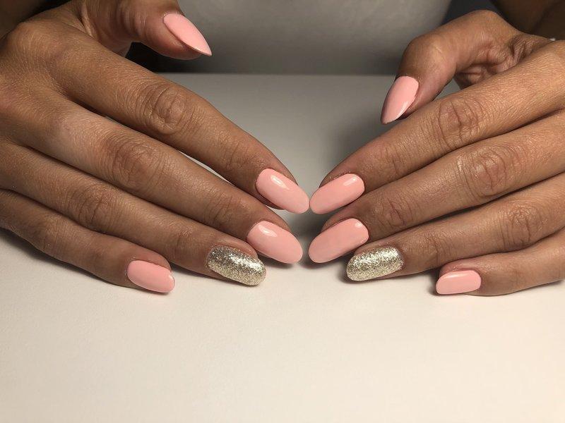 Розовый маникюр нюд с золотыми блёстками