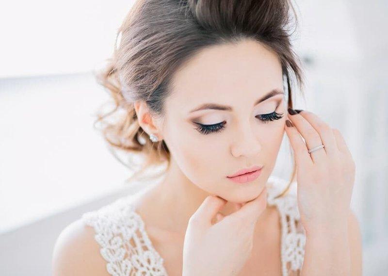 Нежный макияж со стрелками на свадьбу для зелёных глаз
