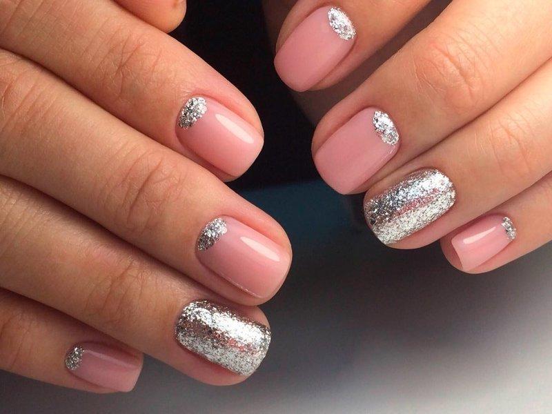 Розовый дизайн с серебряным глиттером и лунками