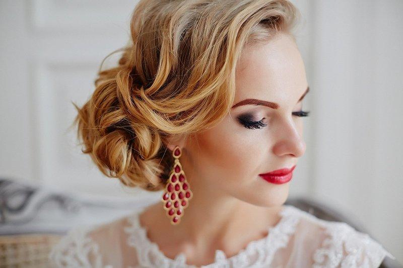 Макияж с яркими губами для кареглазой невесты
