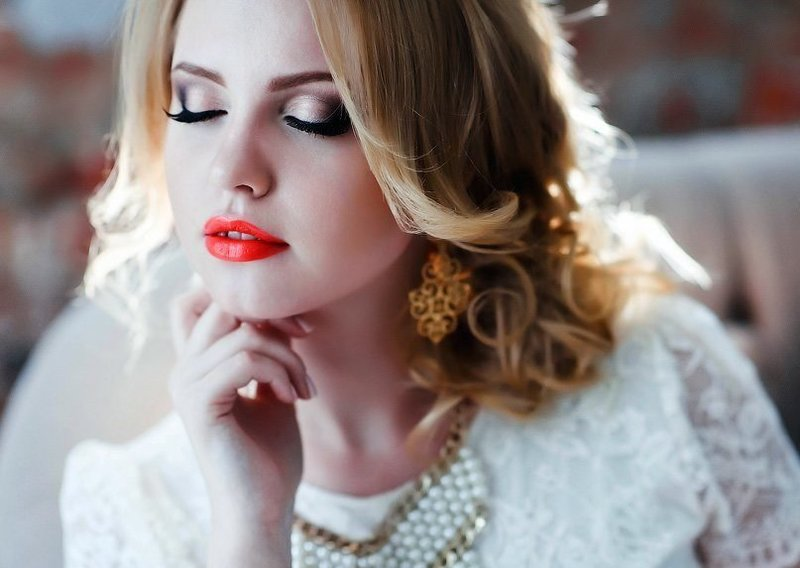 Яркий макияж на свадьбу для блондинок