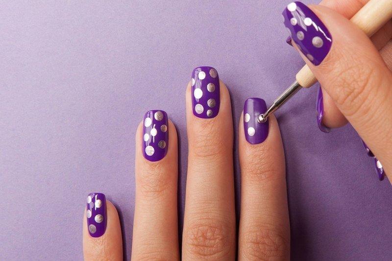 Фиолетовый маникюр с серебряными точками