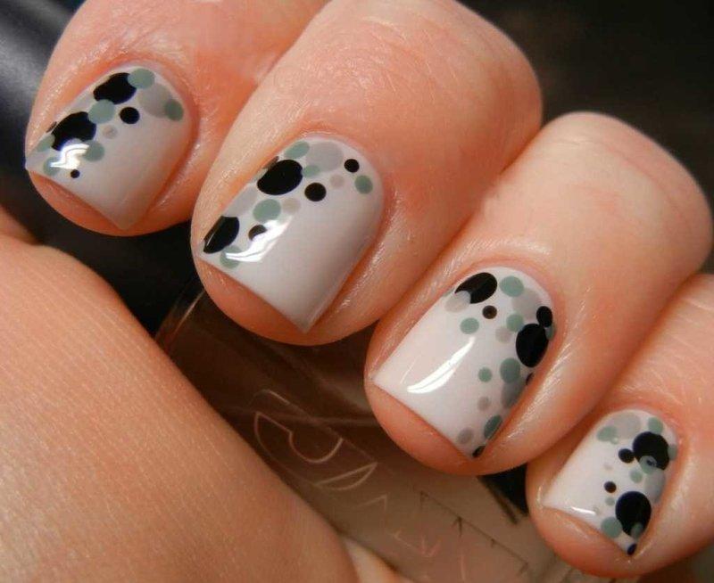 Серые ногти с точечным узором