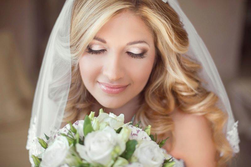 Нежный свадебный макияж для серых глаз