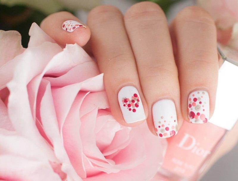 Нежные ногти с рисунком и точками