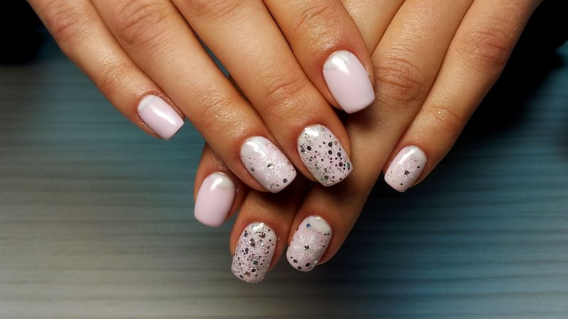 Розовые ногти со слюдой