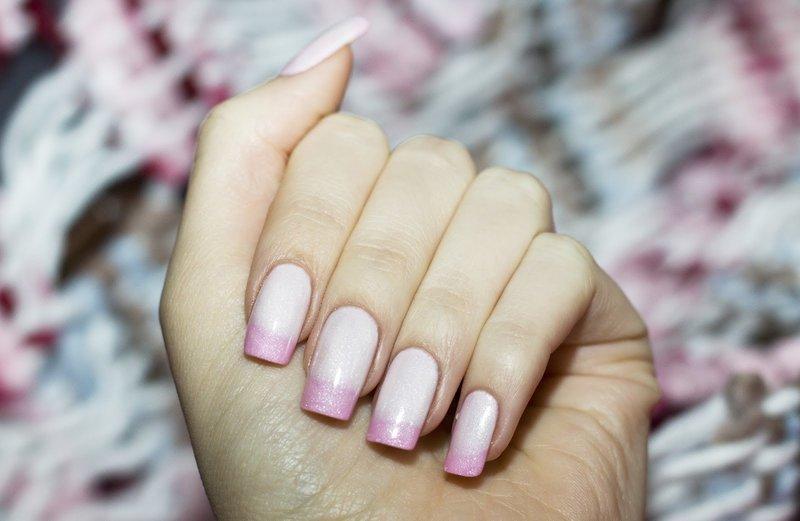 Нежно-розовый термолак на ногтях