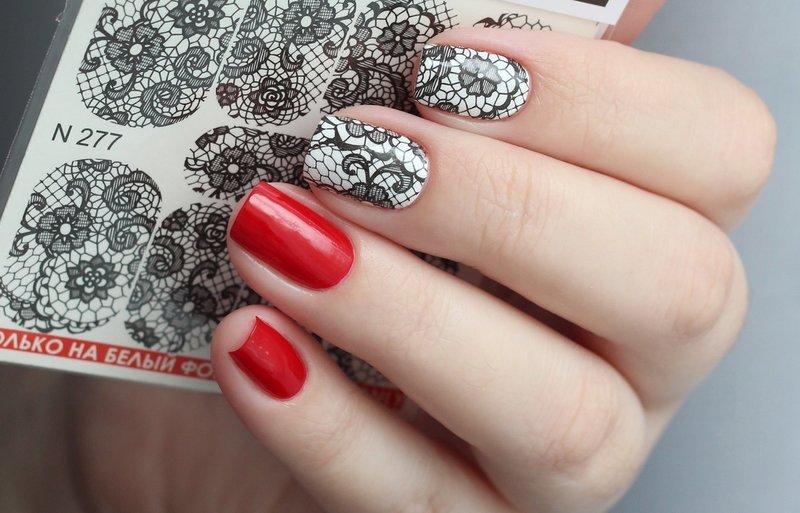 Красные ногти с чёрно-белым слайдом