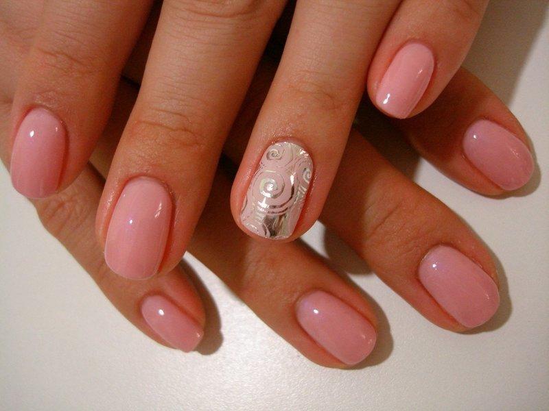 Розовый маникюр с фольгой