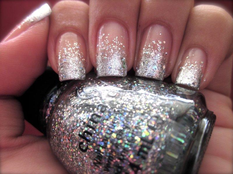 Нежные ногти с серебряными блёстками
