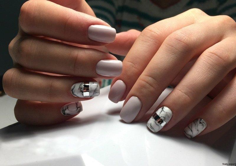 Нюдовые ногти с мраморным дизайном и серебристой полоской