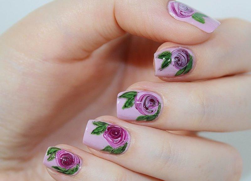 Лиловые ноготки в стиле нюд с нарисованными розами