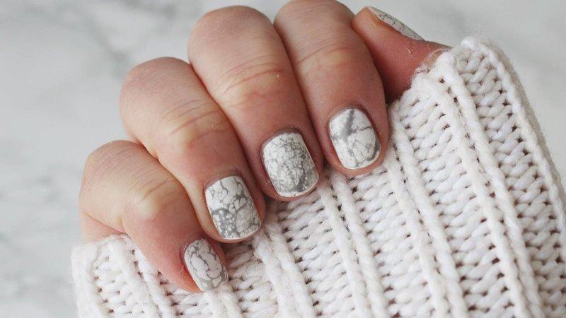 Белые ногти с серыми разводами