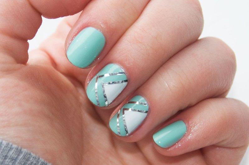 Бирюзовые ногти с геометрией