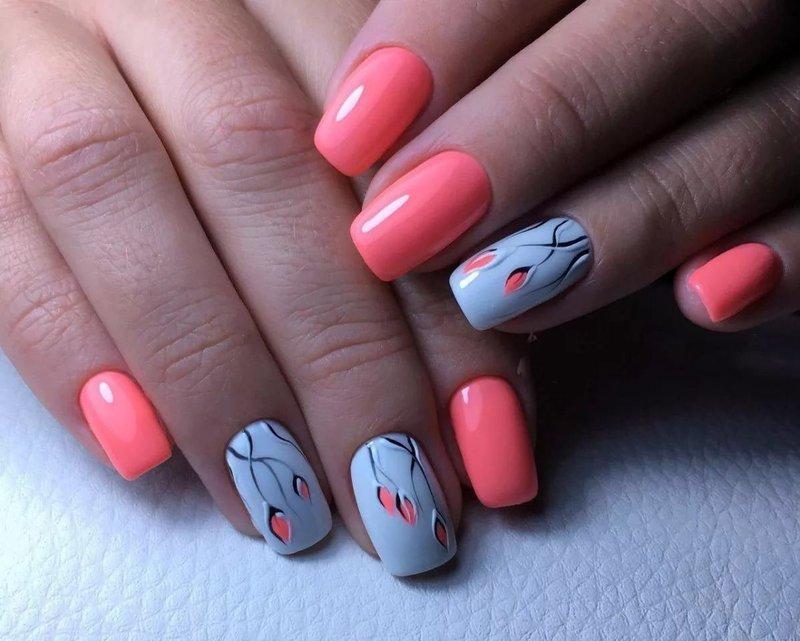 Голубо-розовые ногти с цветами